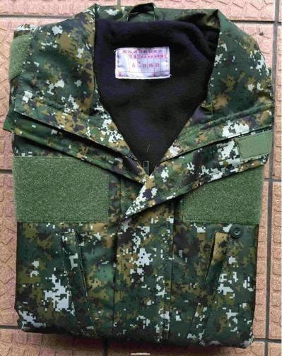國軍新版的迷彩夾克,內裡是薄天鵝絨,同樣被批評防寒效果不佳。 圖/讀者提供