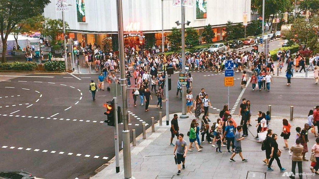 新加坡著名購物街烏節路為維持人氣,避免人潮遭近年竄起的郊區購物中心與電子商務網站...