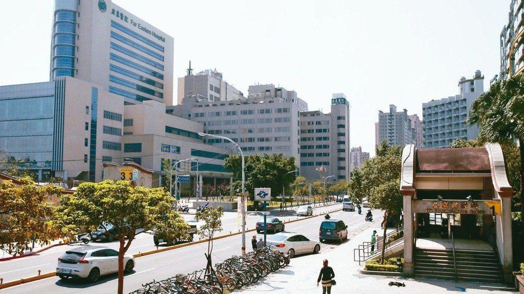 板橋亞東醫院站因遠東集團在周邊整體開發,加上浮洲合宜宅陸續交屋進駐,帶動商業氣息...