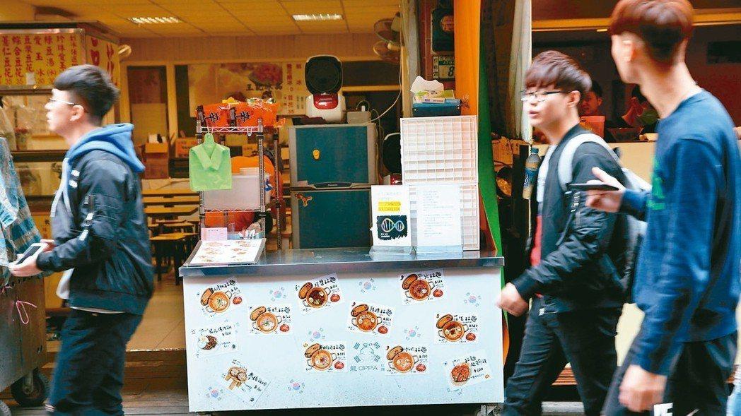 「龍歐爸韓式拉麵」為市場巷弄內的平價美食。 記者林俊良/攝影