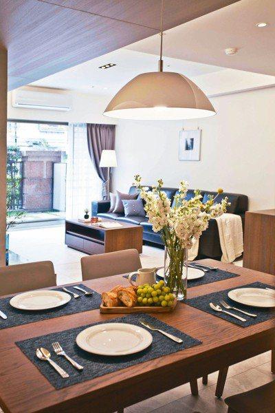多加一盞吊燈或是一盆綠色植物,都可以提升居家餐廳氛圍。 永慶居家/提供