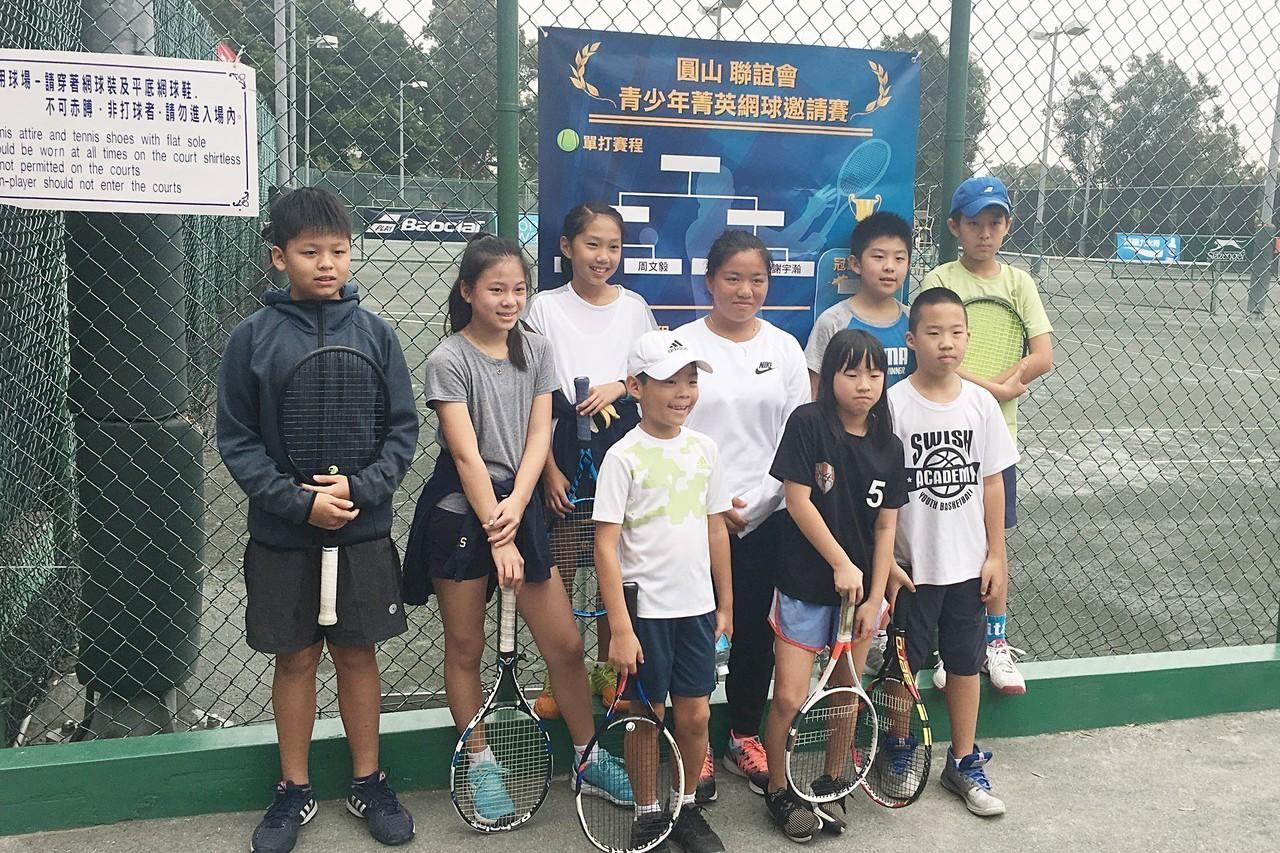 今年在澳洲網球公開賽包辦青少年單、雙打冠軍的台灣網球小將梁恩碩(後右3)3日出席...