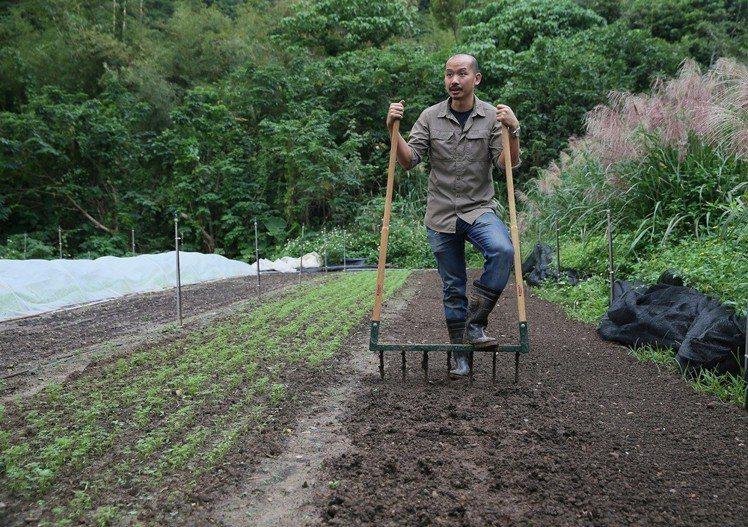 利用簡單輕便農具,Fudy笑說連到墾丁都能種田。圖/記者陳柏亨攝影