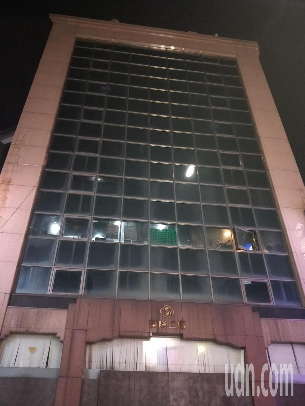 陳女陳屍該大樓頂樓,大樓沒有警衛在入口管控。記者游明煌/攝影