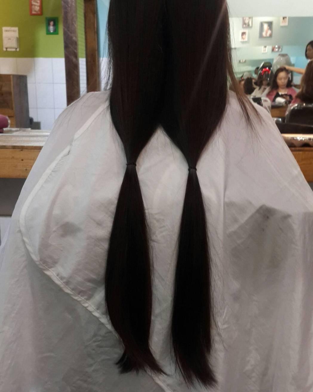 衛福部台中醫院營養室主任盧靜詩第一次為了捐髮,留髮到超過腰部,共捐出36公分頭髮...