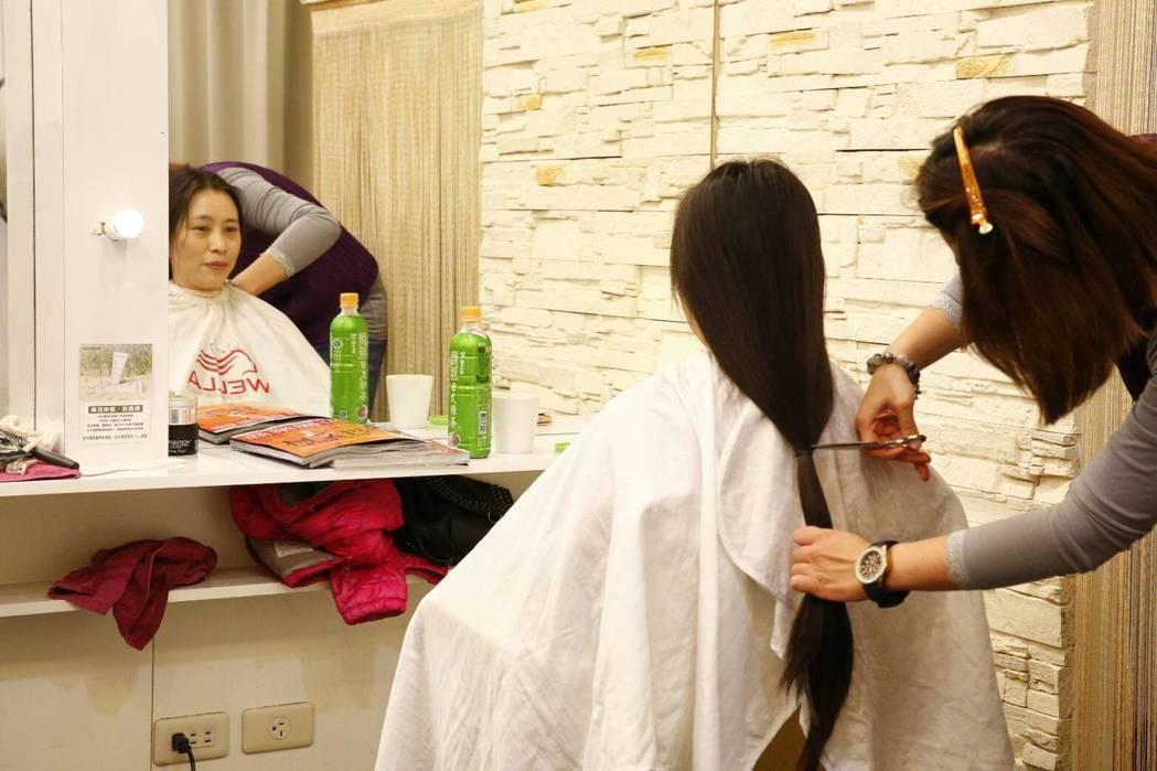 衛福部台中醫院營養室主任盧靜詩(左)第一次為了捐髮,留髮到超過腰部,共捐出36公...