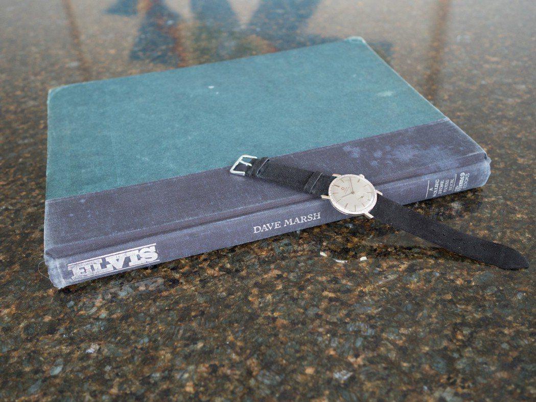 貓王Elvis Presley所藏的歐米茄18k白金鑲鑽腕表,與紀念書《Elvi...