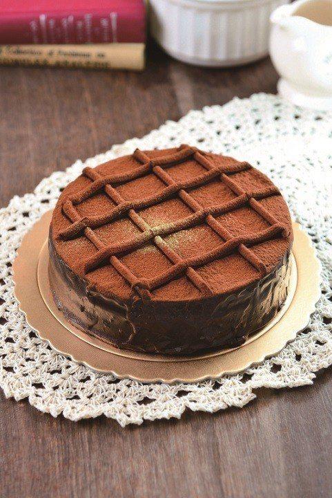 皮耶先生特濃古典甘那許蛋糕,售價560元。圖/萊爾富提供