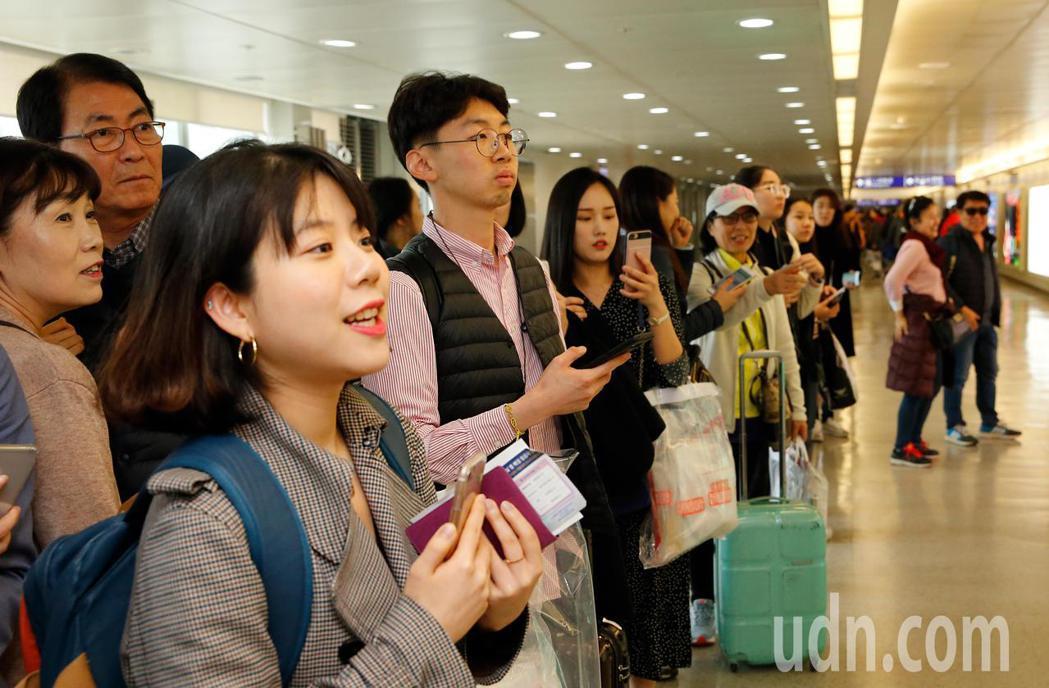 韓星丁海寅上午首次來台,管制區內約有20位粉絲接機。記者鄭超文/攝影