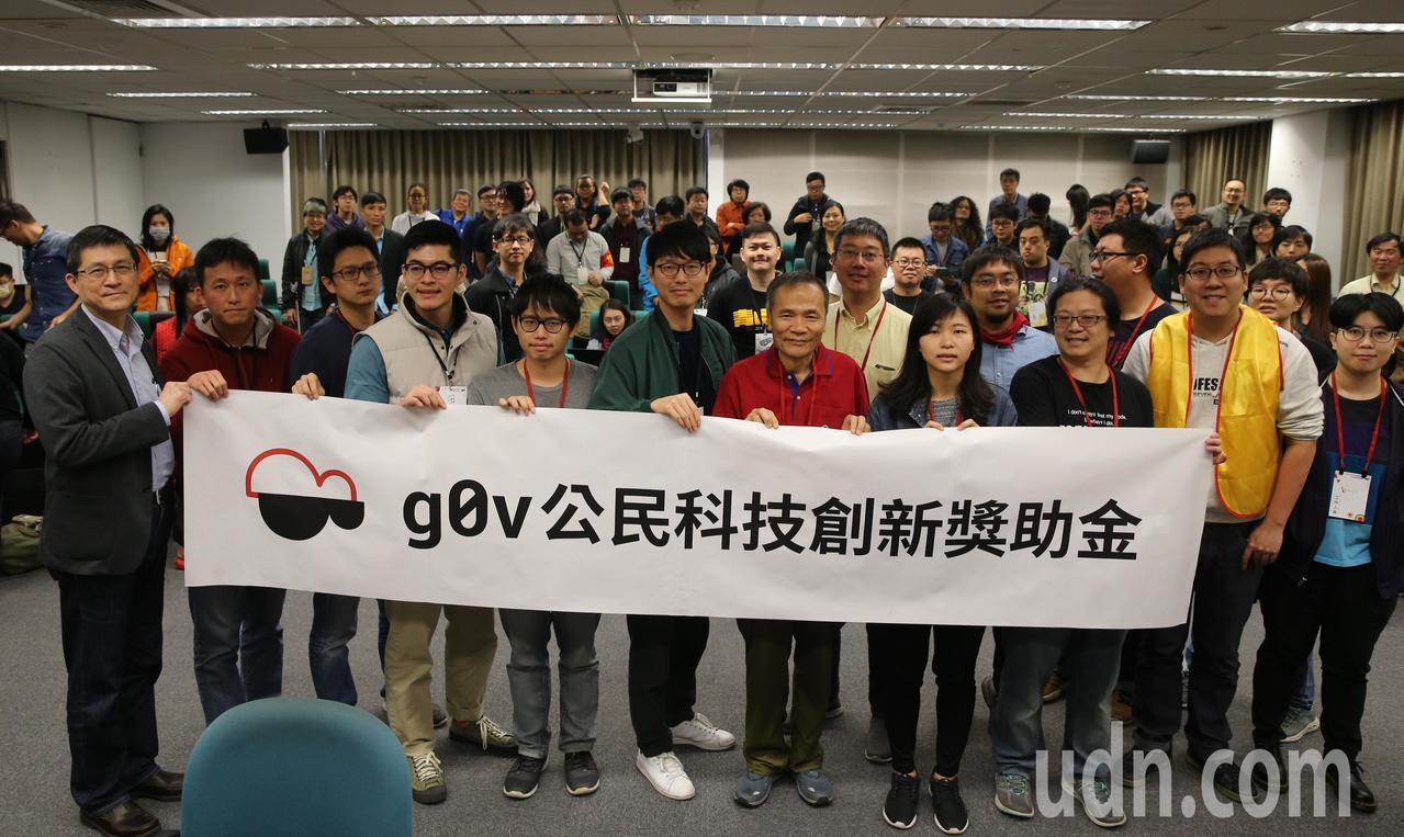 g0v公民科技獎上午在中研院舉行頒獎典禮,願景工作室執行長羅國俊(左)與得獎者、...