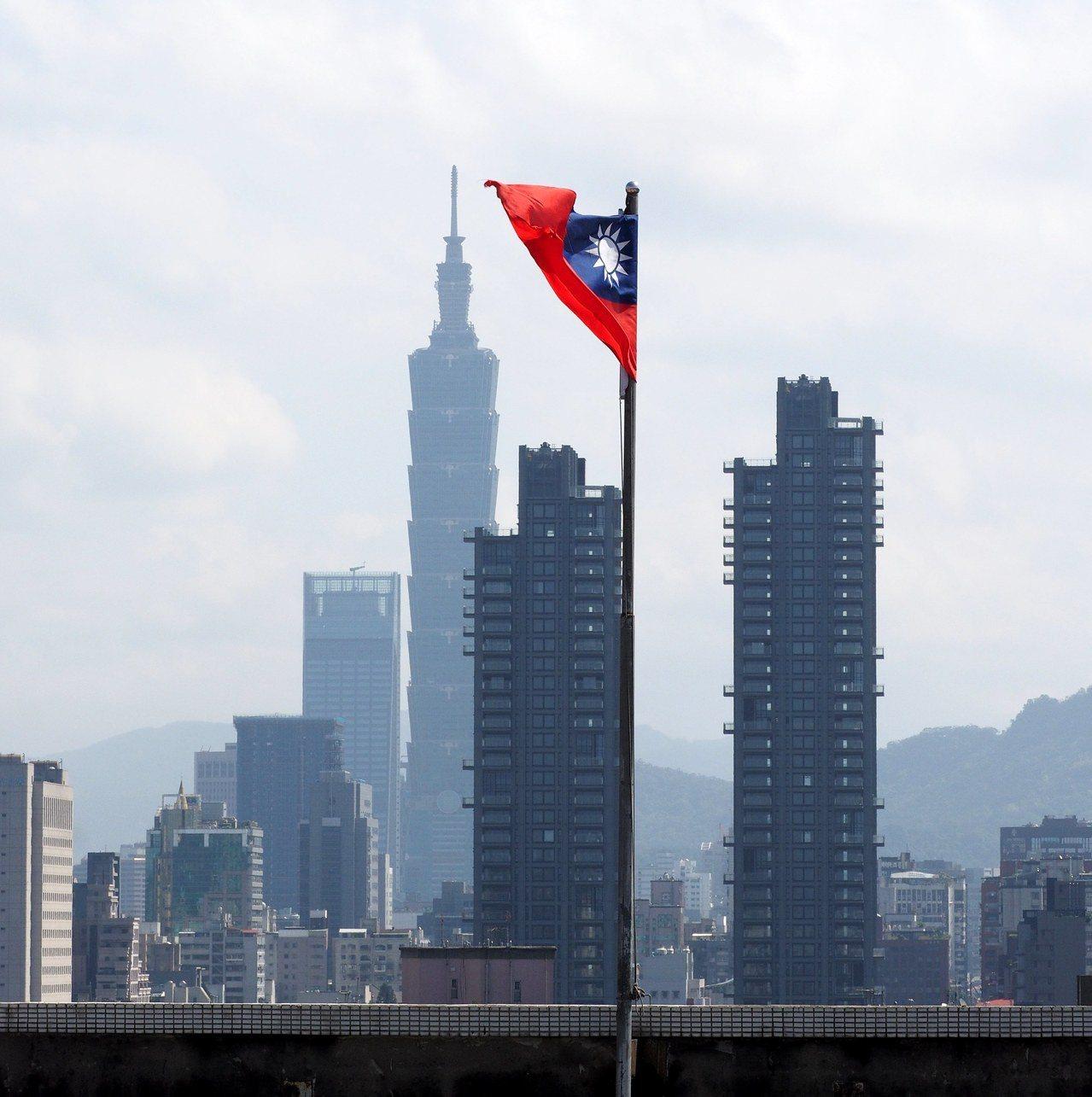 中華民國國旗1日在台北101前隨風飄揚。美國國會28日通過台灣旅行法,解除行政部...