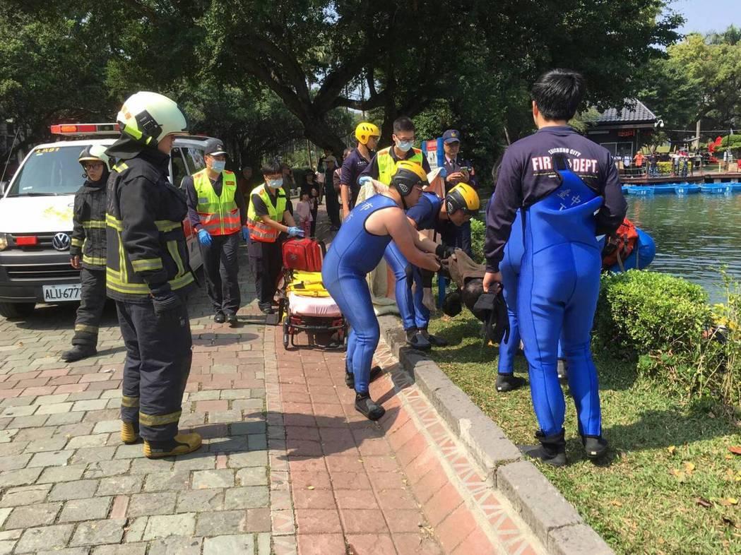 台中公園日月湖今天中午發現一名男浮屍,警消前往現場打撈。圖/台中市消防局提供