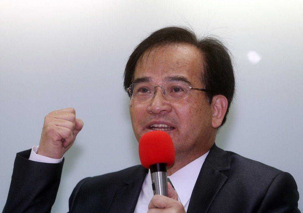 前台南縣長蘇煥智上午宣布退出加入27年的民進黨,投入台北市長選舉,他表示台灣不能...