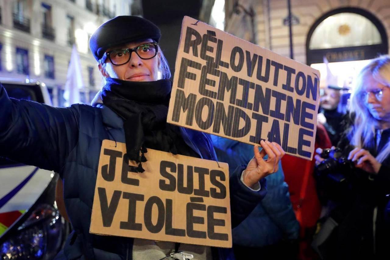 法國支持女權的活動人士在司法部附近舉牌抗議,呼籲改變強暴相關法律。路透