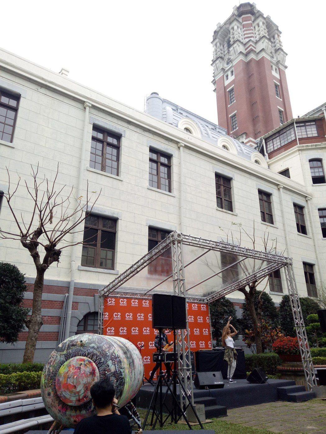 總統府今天開放民眾參觀,並舉辦「C2幫特展」。現場有藝術家水塔塗鴉,搭配樂團演出...