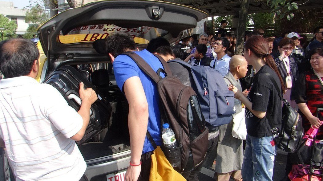 有人等不及,為趕時間就自搭計程車,使不少計程車發了一筆意外小財。記者蔡維斌/攝影
