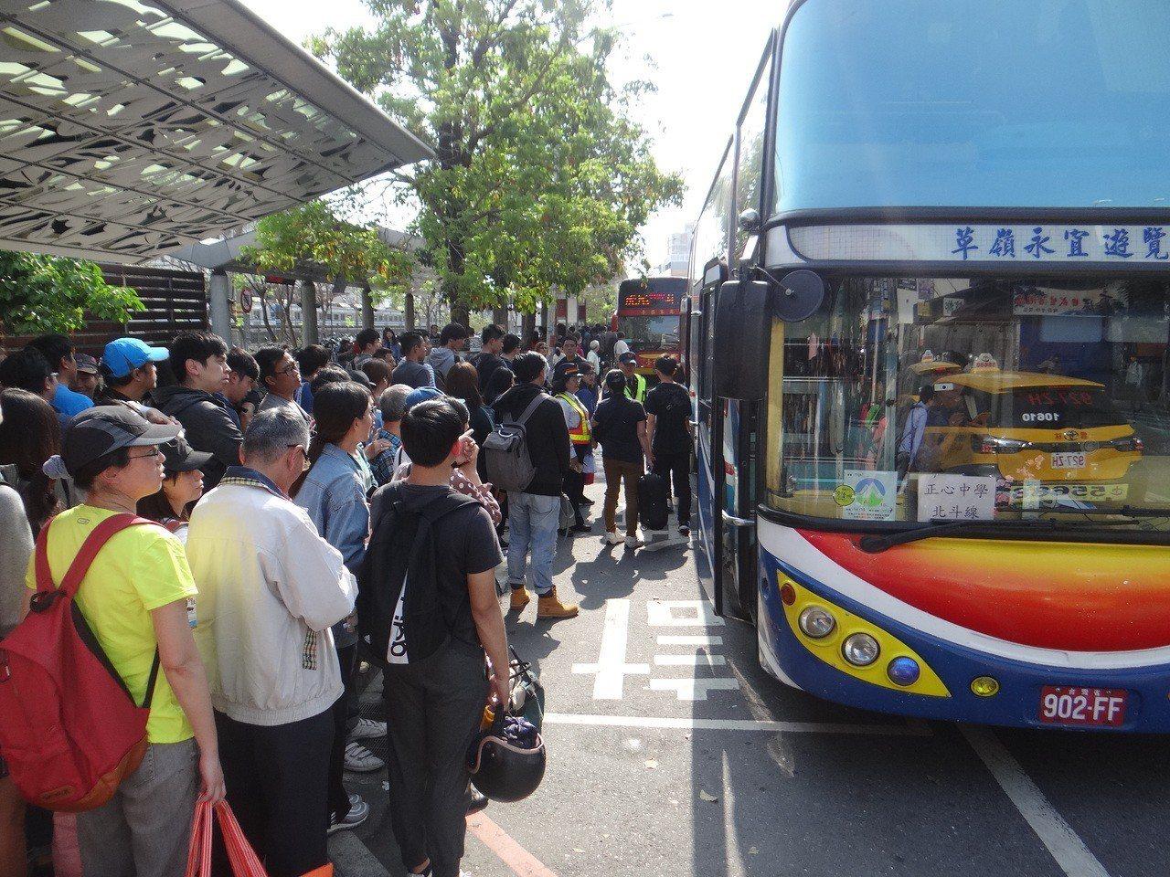 數千名旅客被迫在斗六火車站下車再搭接駁遊覽車到嘉義火車站,頂著大熱天等候接駁車的...