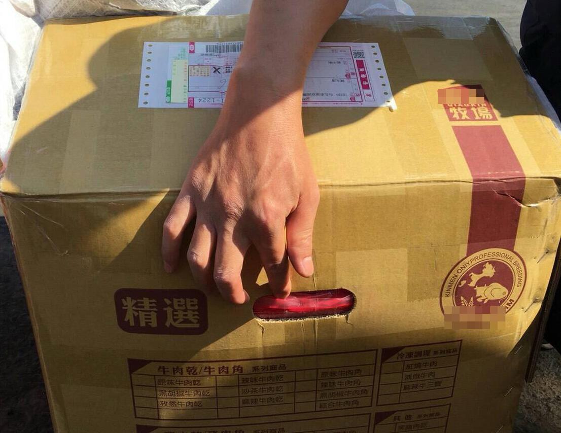 海巡人員發現紙箱提把處露出牛肉乾,裡面卻全是走私大陸香菇。記者林保光/翻攝
