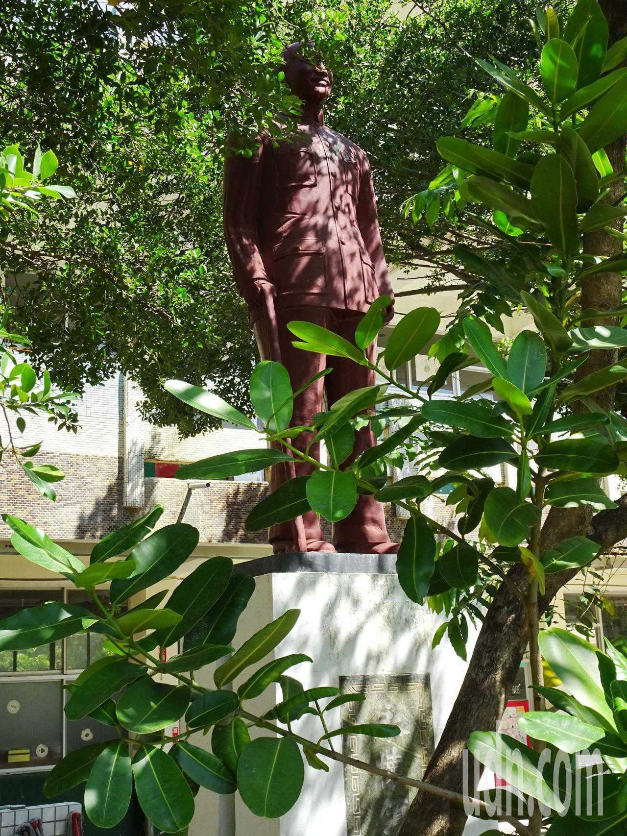 屏東縣恆春國小生態池旁的蔣介石銅像,被大樹和樹葉遮擋,巧妙隱身。記者潘欣中/攝影