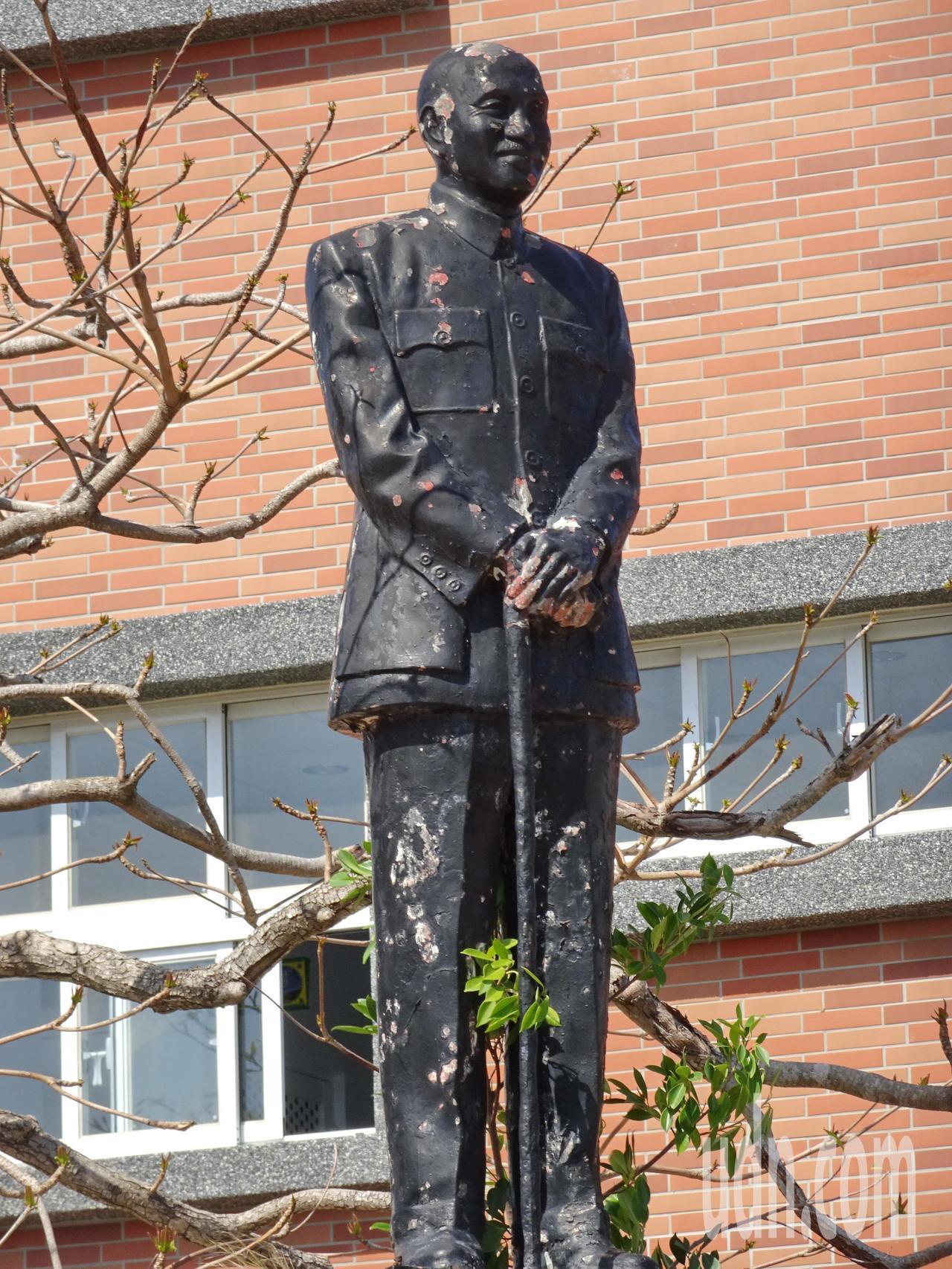 屏東縣恆春國中的蔣介石銅像,全身佈滿被石塊丟擲的破損痕跡。記者潘欣中/攝影