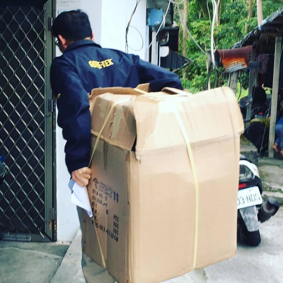 羅紹和親自背一箱嬰兒尿布,送至單親媽媽的家。圖╱取自羅紹和臉書
