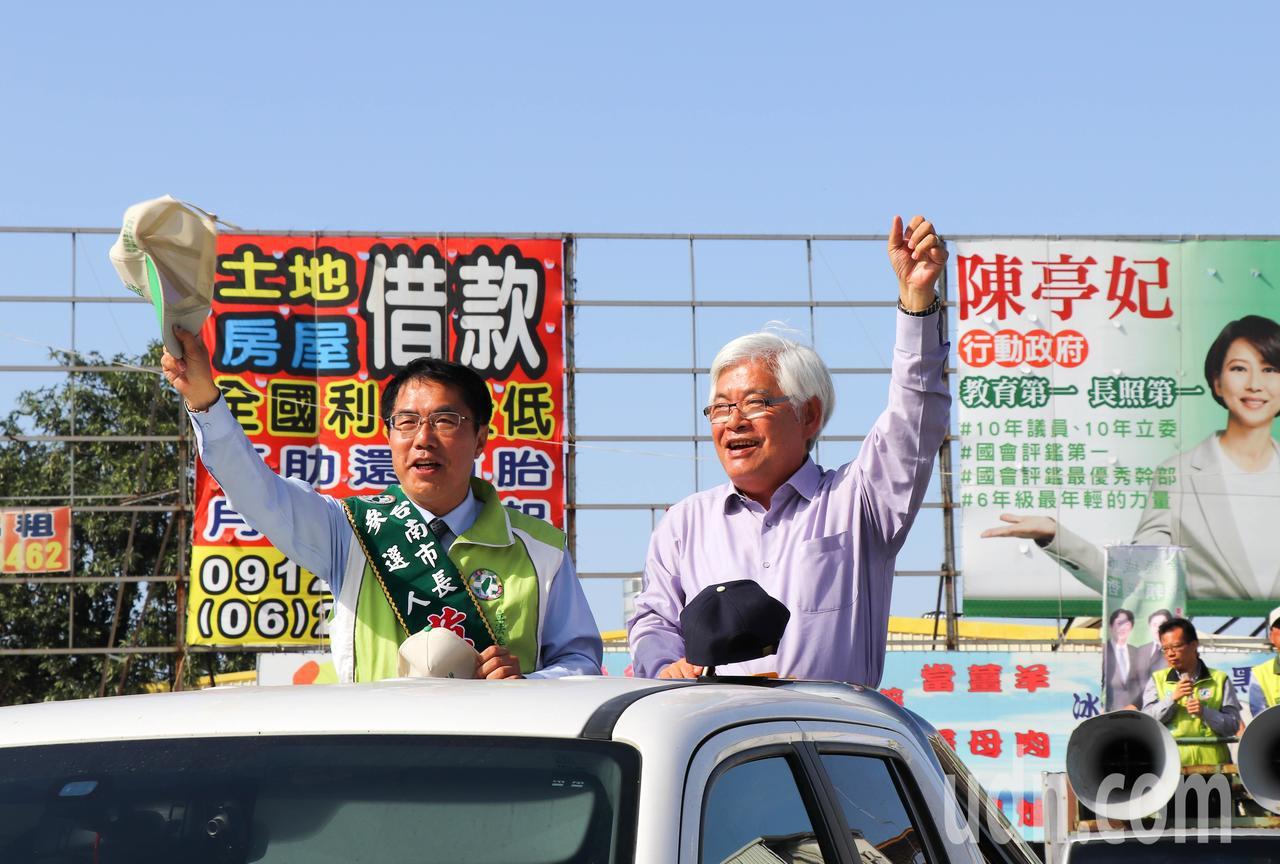 雲林縣長李進勇(右)今特地到台南助選,陪同台南市長參選人黃偉哲(左)掃街拜票。記...