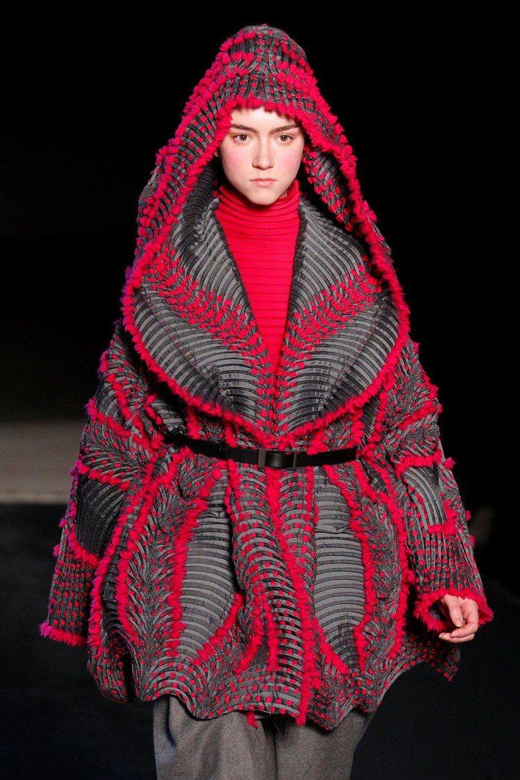Issey Miyake以大量針織與彩色皺褶細節展現豐沛的生命力。(路透)