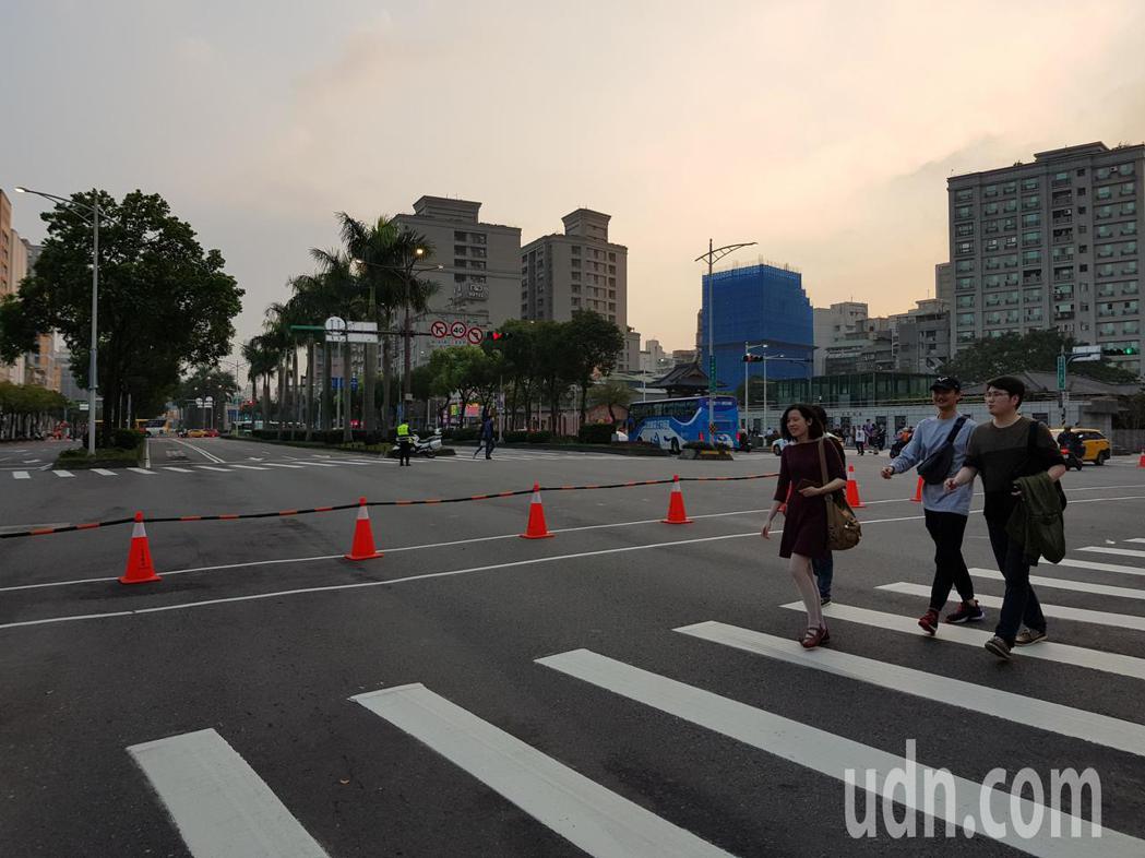 台北燈節遊行傍晚5時起追加管制路段,禁止車輛進入,其中中華路追加成都路到愛國西路...