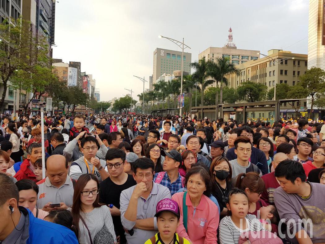 台北燈節遊行活動今天下午5時20分開始,警方傍晚5時起也追加管制成都路、漢中街、...