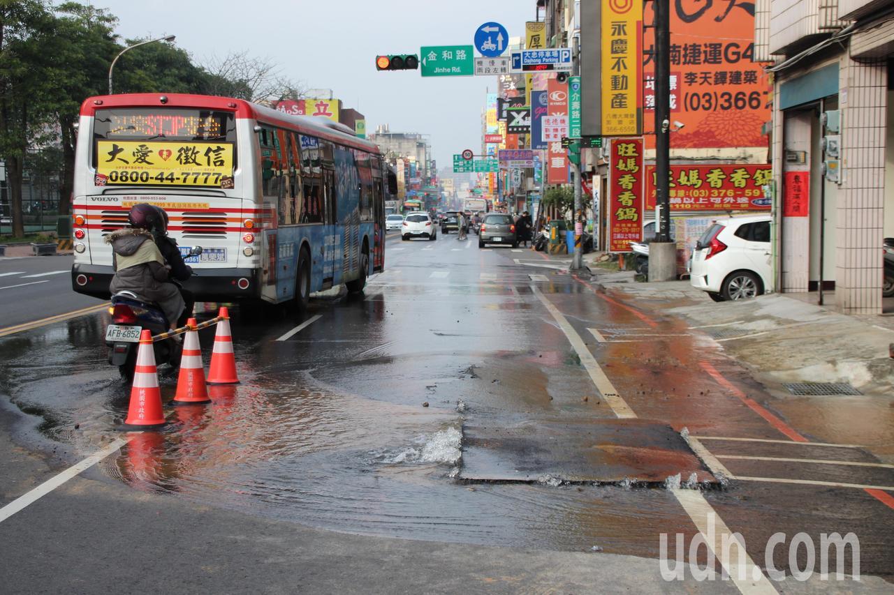 桃園市八德區介壽路二段靠近金和路口,今下午路面突隆起,路面不斷湧出水,原二線道改...