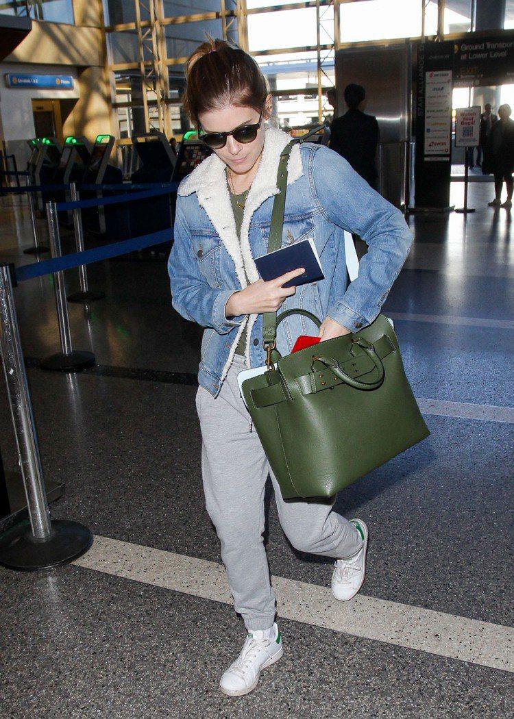 可背、可提的The Belt包款,讓凱特瑪拉的穿搭有更輕鬆的休閒感。圖/BURB...