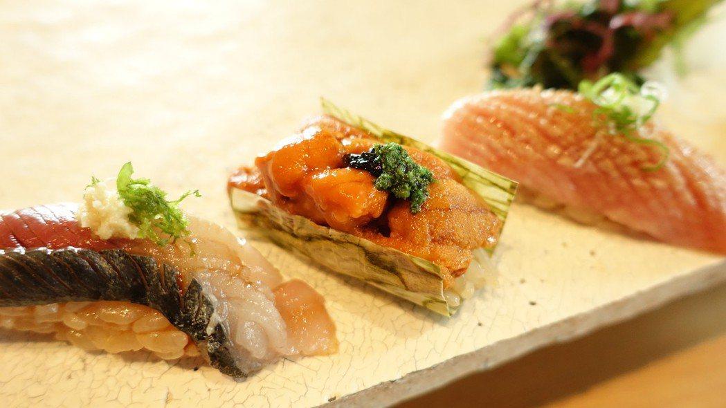 握壽司選用來自北海道的海膽、長崎黑鮪魚等頂級食材。記者張芳瑜╱攝影