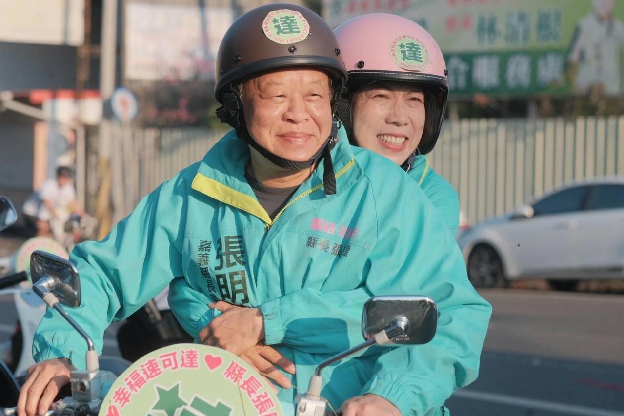 張明達(左)載著將他「攬牢牢」的太太黃瓊賢(右)一起出發。記者謝恩得/翻攝