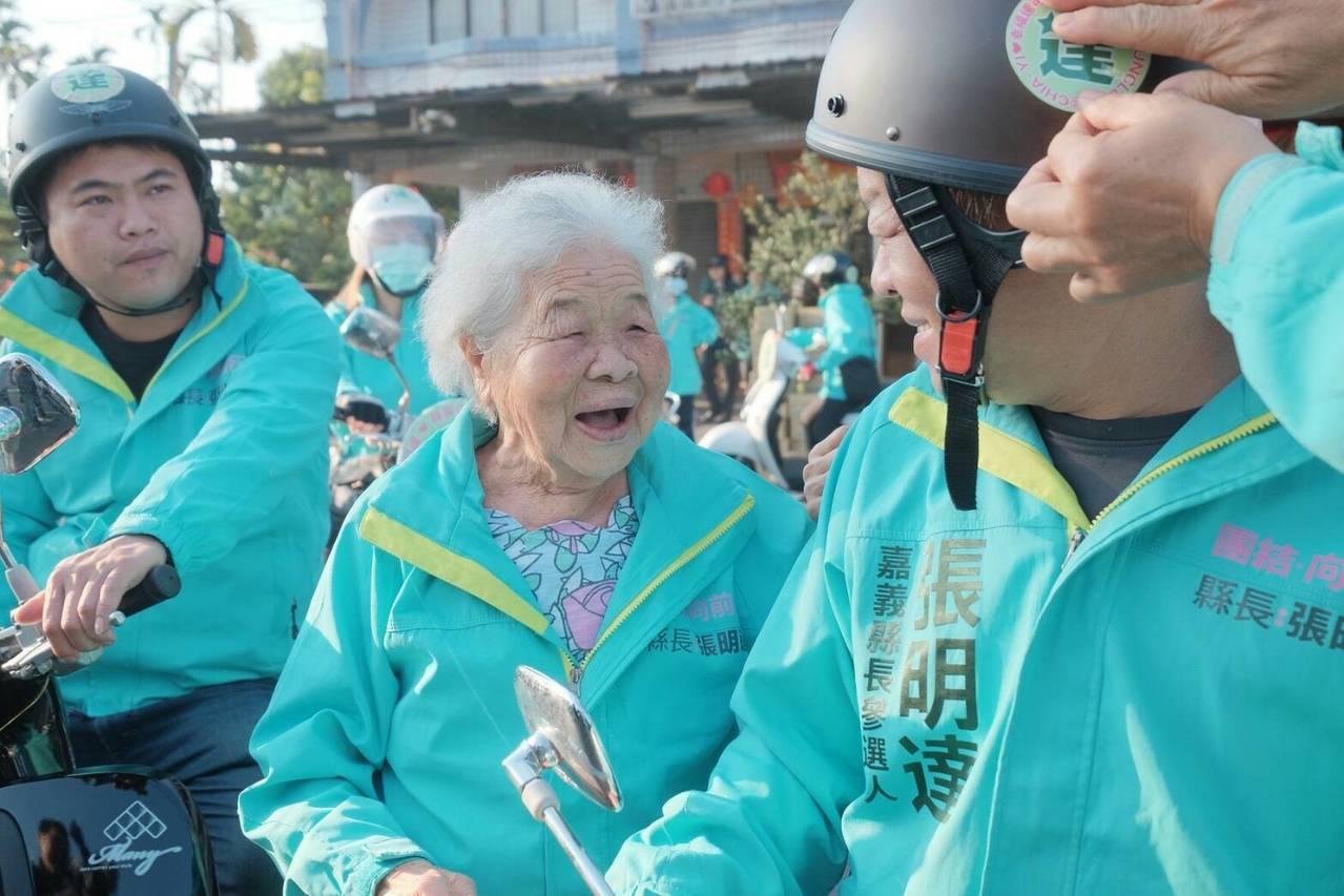 張明達(右)的老母(左二)及兄姐們到場祝福。記者謝恩得/翻攝