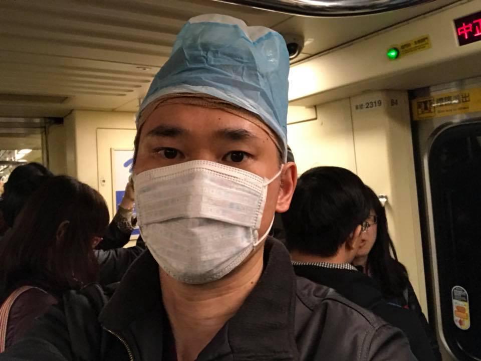 「小應」應蔚民二度植髮,術後頂著保護帽搭捷運。圖/民視提供