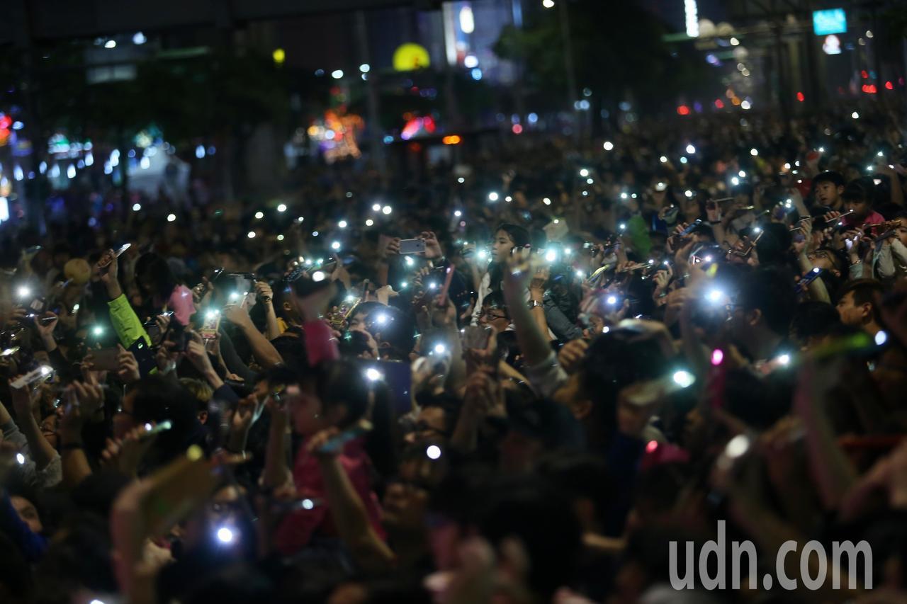 台北燈節舉行西門商圈封街大遊行,晚間重頭戲「愛你愛你幸福點燈」活動,邀請民眾一起...