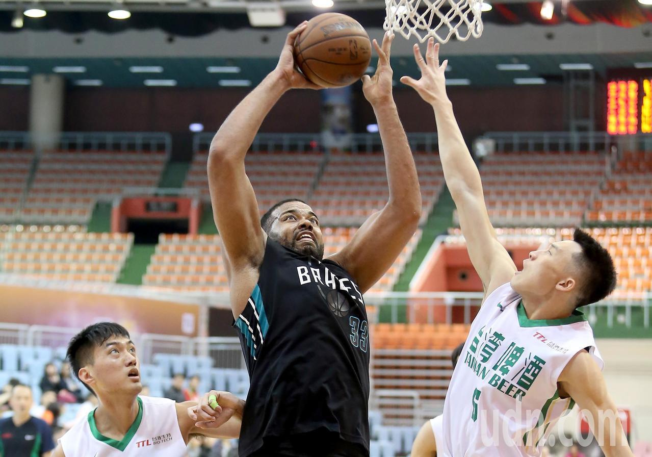 SBL超級籃球聯賽在桃園巨蛋進行富邦勇士與台啤之戰,富邦賽勒(中)繳出21分、2...