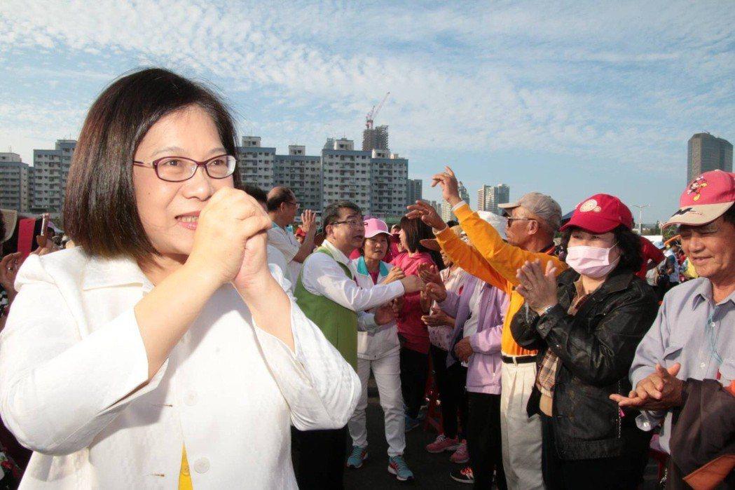 民進黨高雄市長初選候選人管碧玲在初選民調前的周末舉辦大型造勢活動,支持者也全力為...