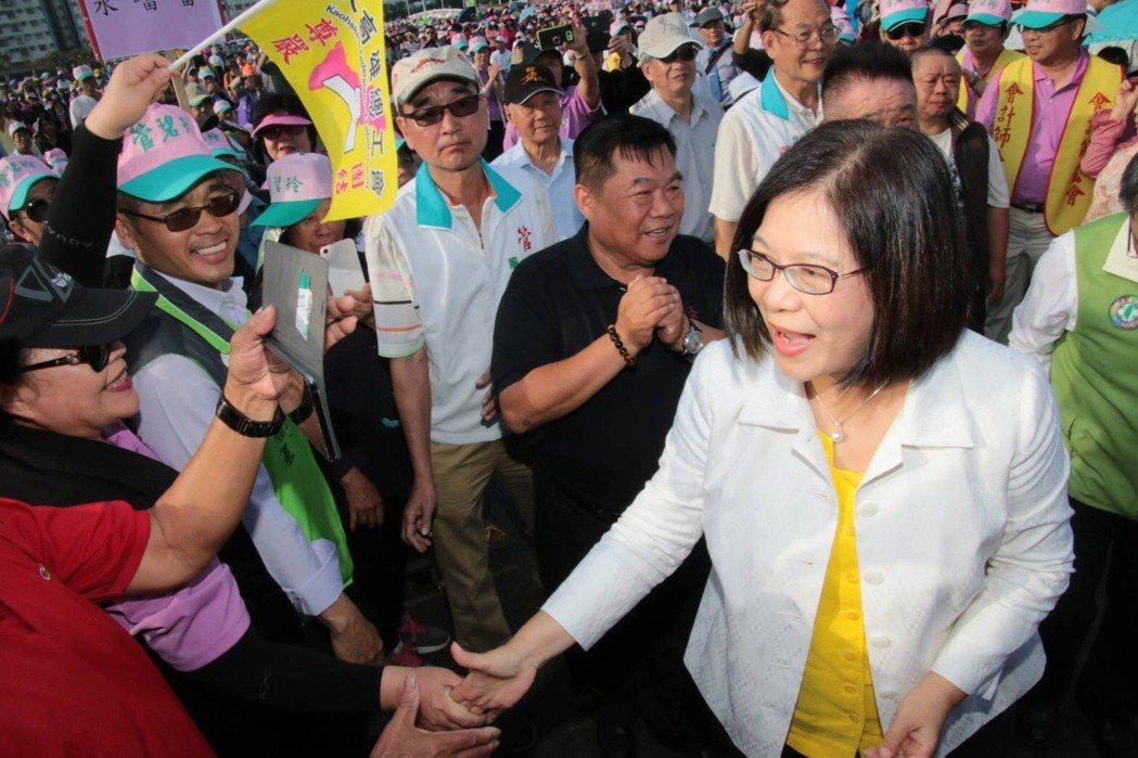 民進黨高雄市長初選候選人管碧玲(前右)在初選民調前的最後一個周末舉辦大型造勢活動...