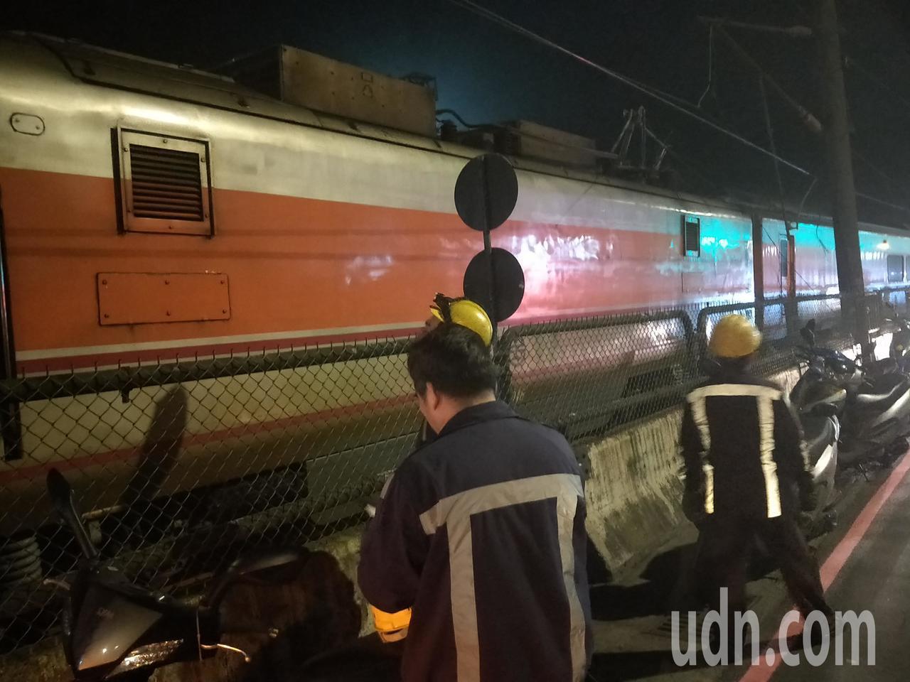 台鐵134次自強號晚間8時24分於汐止至七堵間西正線電車線斷落,列車受困停駛。 ...