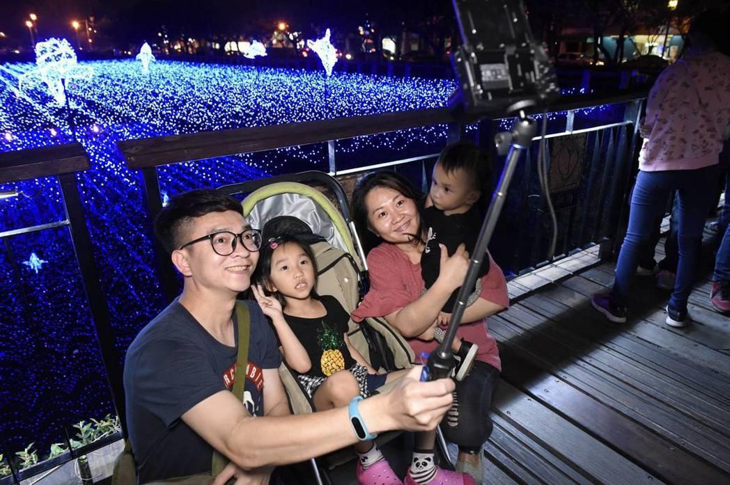 屏東綵燈節今晚辦健走活動,親子和綵燈合影。記者潘欣中/翻攝