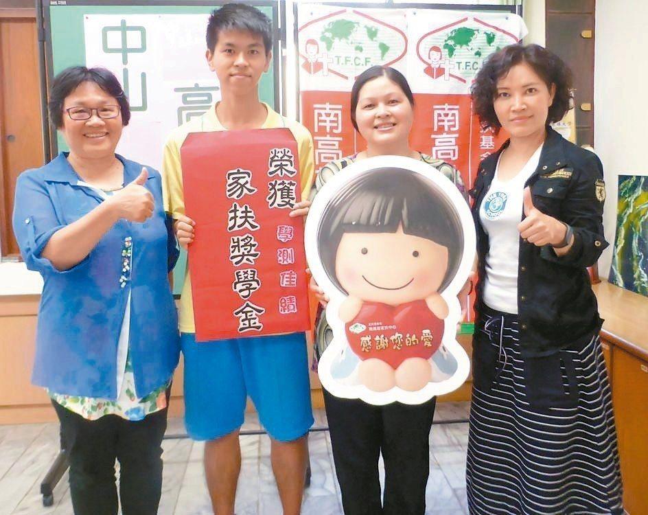 中山高中學生林柏宏(左二)沒有補習,學測考68級分,他和母親翠雲(右二)很感謝學...