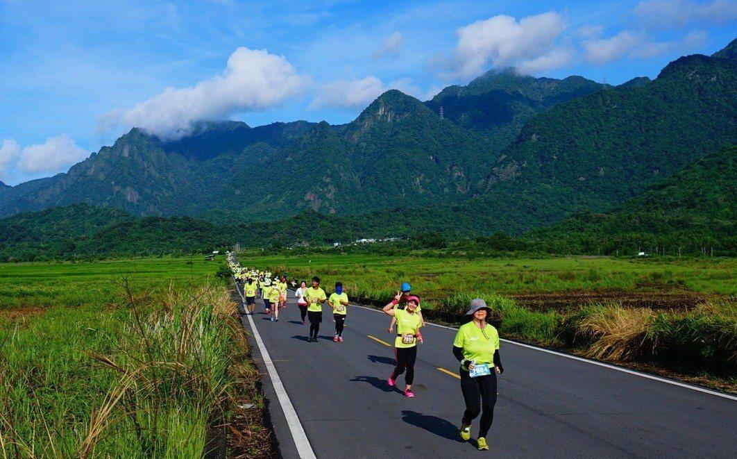 在台東縣長濱鄉金剛大道舉行的雙浪金剛馬拉松賽,不僅可以享受鄉下的恬靜,還可同時欣...