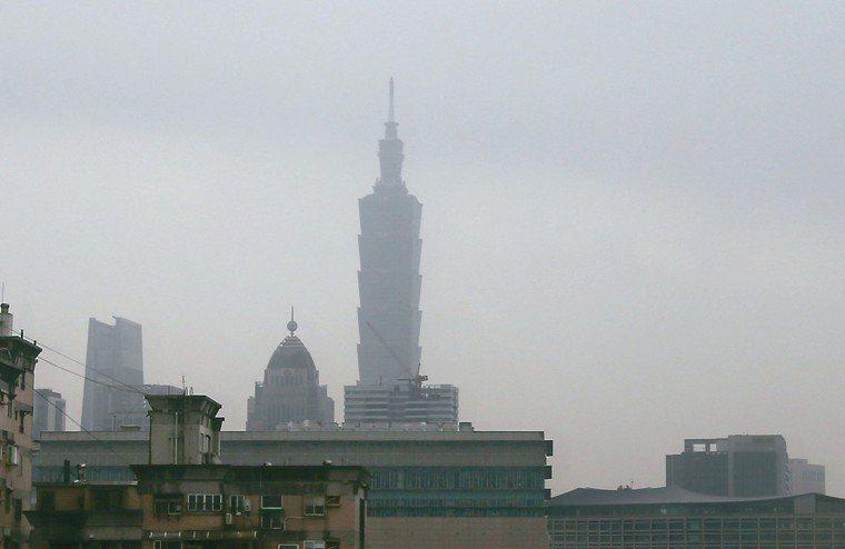 空汙嚴重,西半部一片「紅害」,過半測站達到對所有族群不健康的紅色警戒,台北101...