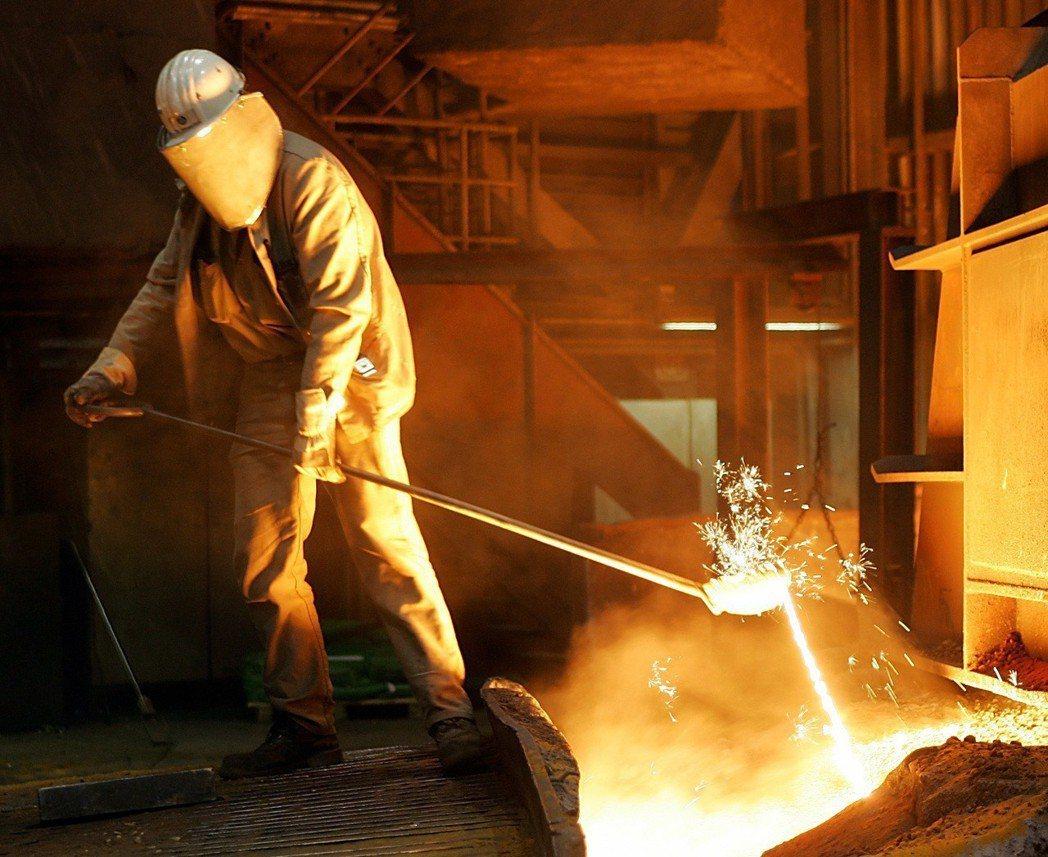 美國總統川普對進口鋼鋁祭出高關稅,引發各國反彈;圖為德國一名鋼鐵工人從高爐中取樣...