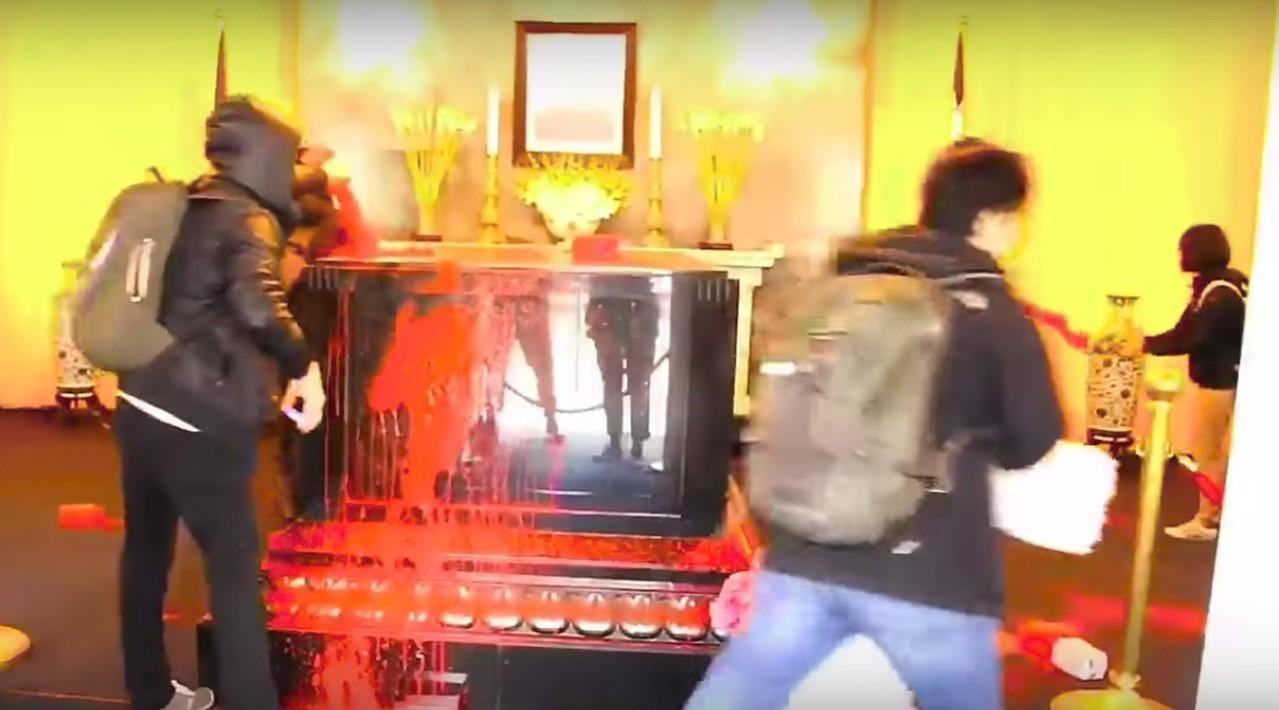 大溪慈湖故總統蔣介石陵寢棺柩、遺像遭獨派青年潑漆。 圖/翻攝自「FETN-蠻番島...