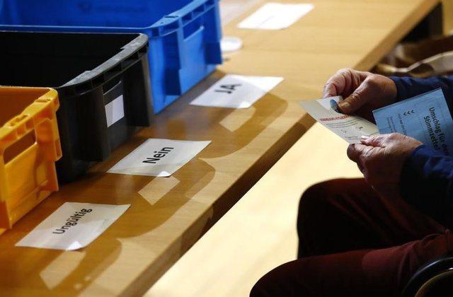 6成6社民黨員投票支持續組聯合政府。路透