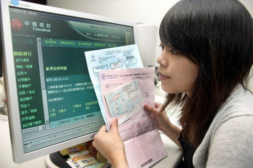不少銀行都提供信用卡綁定自動扣繳公用事業費用後,享單次、或限時的回饋。 圖/聯合...
