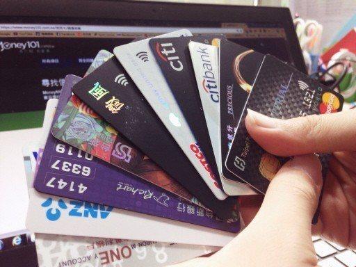 與其使用現金,善用手中的信用卡,繳交水、電、瓦斯或保險費,有機會換取銀行提供的優...