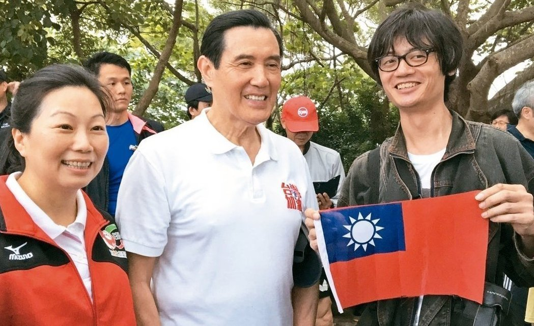 前總統馬英九(中)到訪花蓮,民眾特地帶著國旗前來合照。 圖/聯合報系資料照片